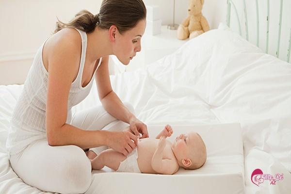 Thay tã cho trẻ sơ sinh cũng phải đúng cách, đúng loại